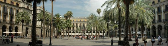 Barcelona - Plaça Reial by Josep Renalias, licensed under CC BY-SA 3.0 via Wikimedia Commons