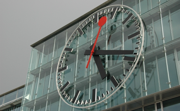 Aarau Station clock close up by Markus Meier CC BY-SA 2.5