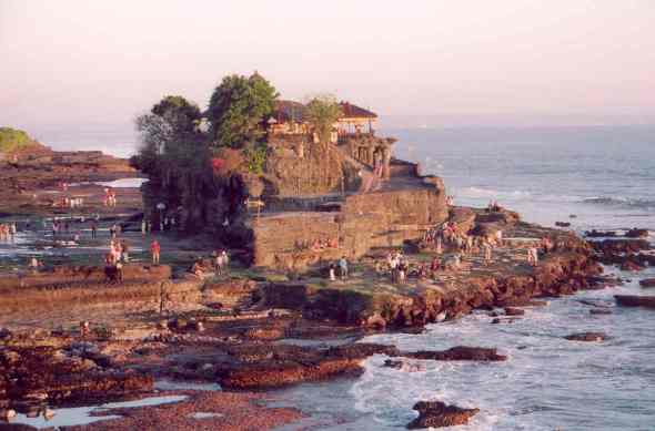 indonesia-tanah-lot-temple-at-sunset