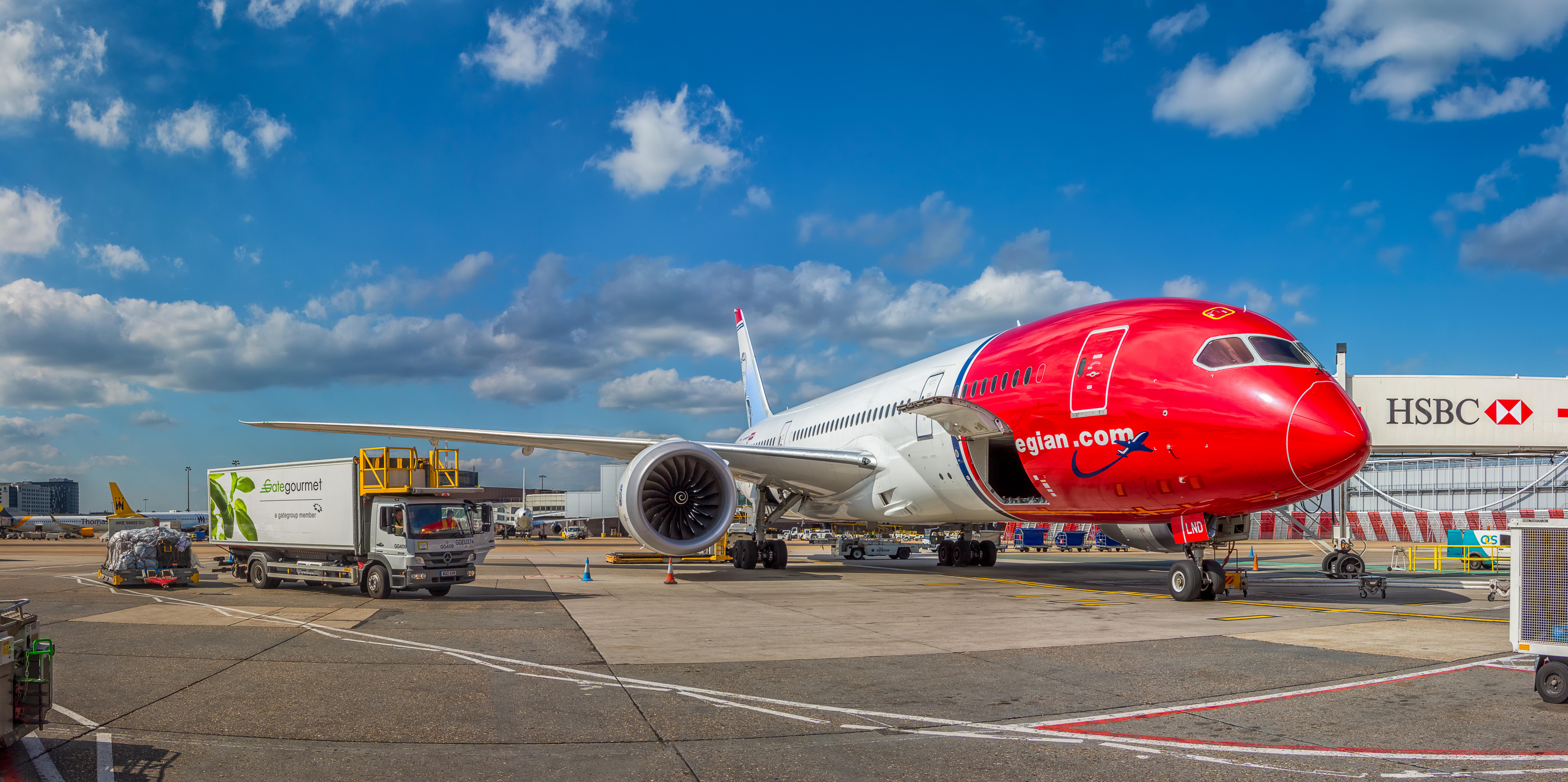 Norwegian_Long_Haul,_Boeing_787-8_Dreamliner,_EI-LND_(18384397813)